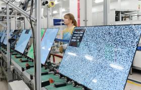 LG전자 직원이 구미사업장 내 생산라인에서 LG 올레드 TV의 품질검사를 진행하고 있다.