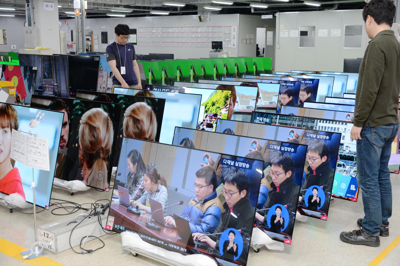 LG전자 직원이 구미사업장 내 신뢰성시험실에서 포장된 상태의 올레드 TV를 다시 뜯어 품질 테스트를 진행하고 있다.