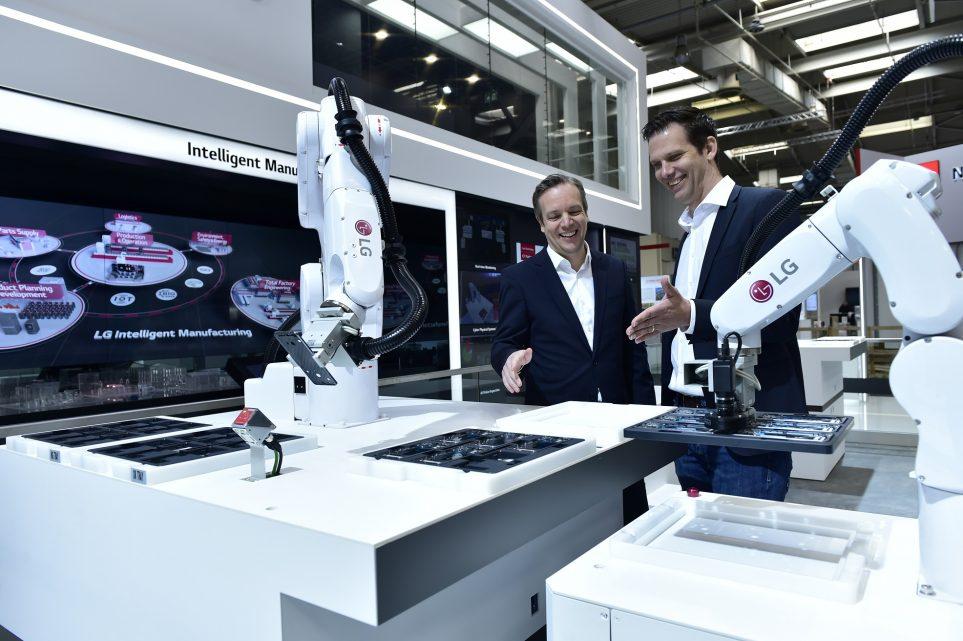 LG전자의 산업용 자율주행로봇 '모바일 매니퓰레이터'