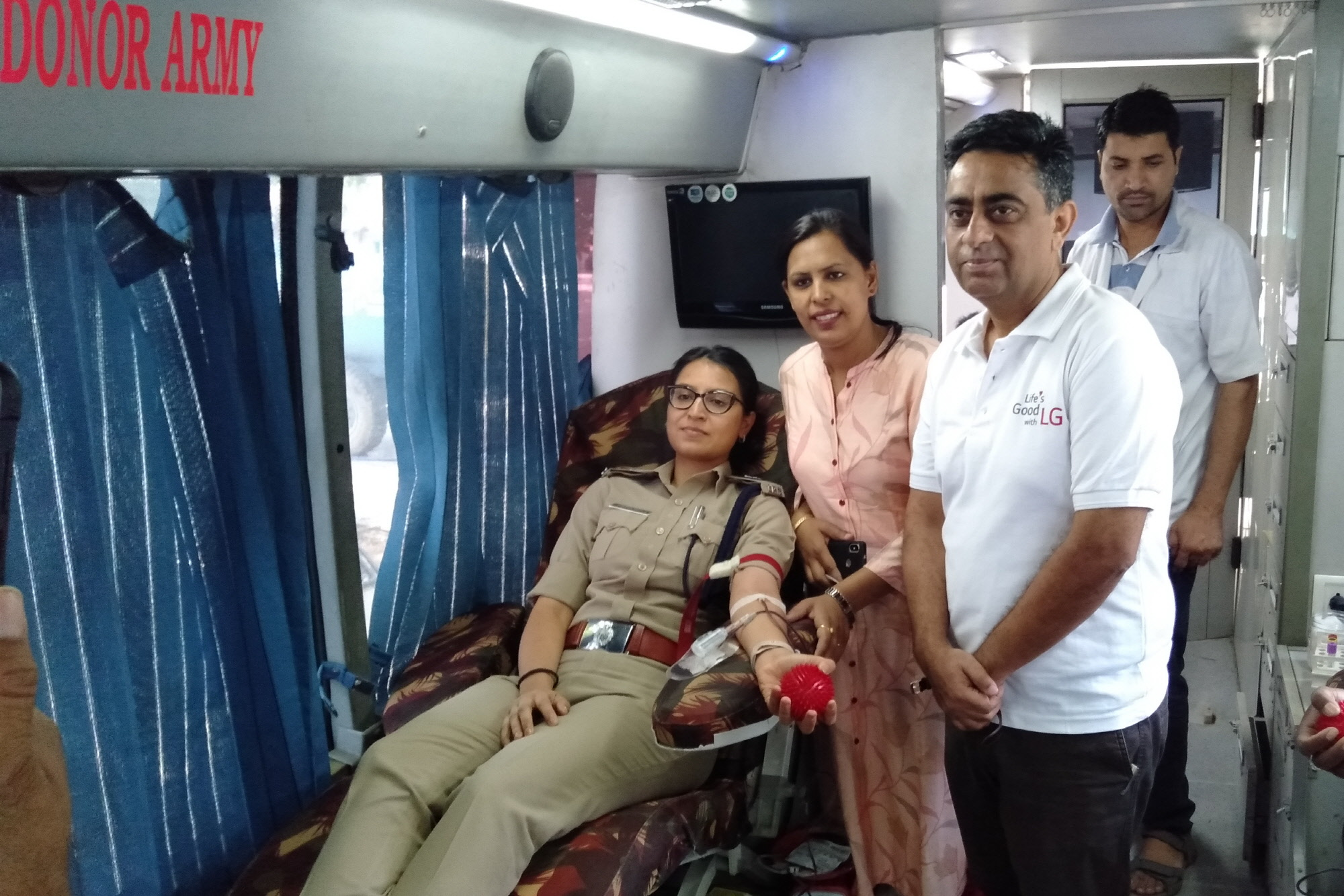 LG전자가 지난 11일 '혈연을 맺자(Let's create blood relations)'는 구호를 내걸고 인도 47개 도시 71개 캠프에서 헌혈캠페인을 진행했다. 이날 LG전자 임직원과 거래선, 소비자 등 1만여 명이 참여했다