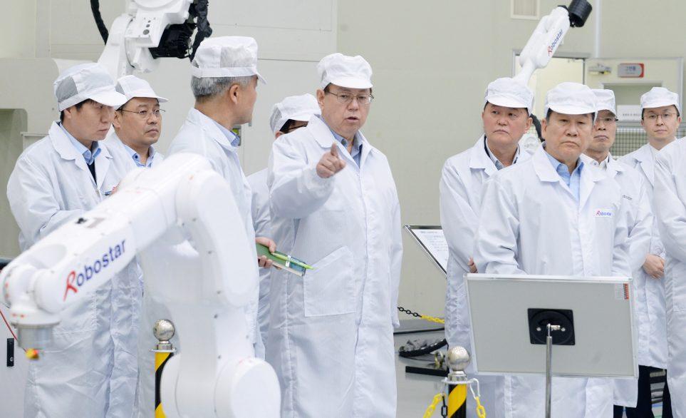 로보스타의 로봇 제조 현장 방문한 LG전자 조성진 부회장