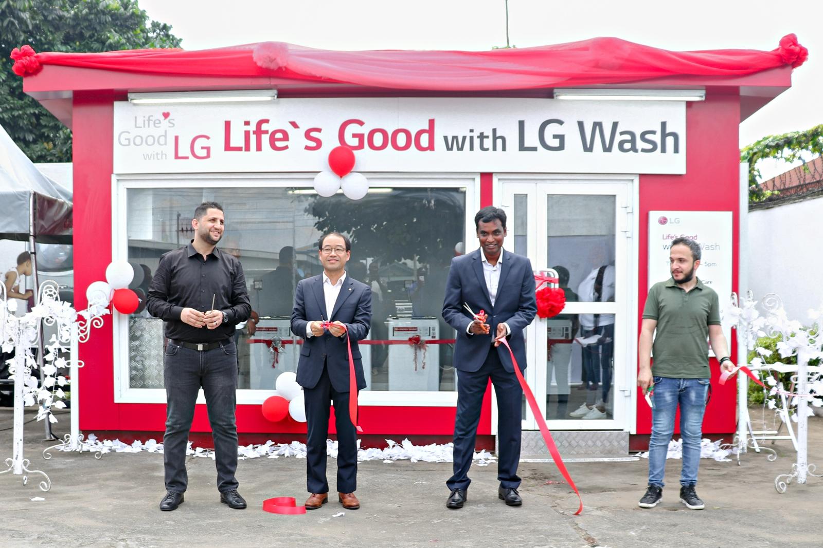 LG전자가 최근 나이지리아 음보음바 마을에 무료 세탁방인 '라이프스 굿 위드 LG 워시(Life's Good with LG Wash)'를 열었다. 무료 세탁방 개소식에서 관계자들이 테이프 커팅을 하고 있다.