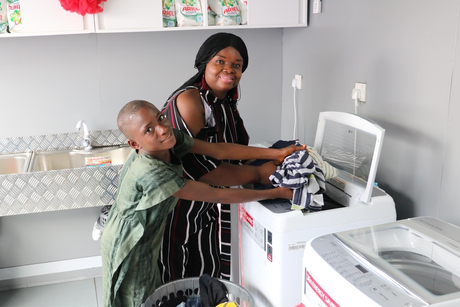 LG전자가 최근 나이지리아 음보음바 마을에 무료 세탁방인 '라이프스 굿 위드 LG 워시(Life's Good with LG Wash)'를 열었다. 현지 주민이 무료 세탁방에서 세탁기를 체험해보고 있다.