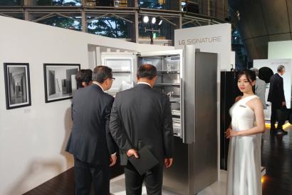 LG전자가 4일 일본 도쿄 국립신미술관에서 현지 거래선, 기자, 오피니언 리더 등 약 250 명을 초청해 'LG 시그니처' 출시행사를 열었다. 참석자들이 초프리미엄 'LG 시그니처'를 살펴보고 있다.