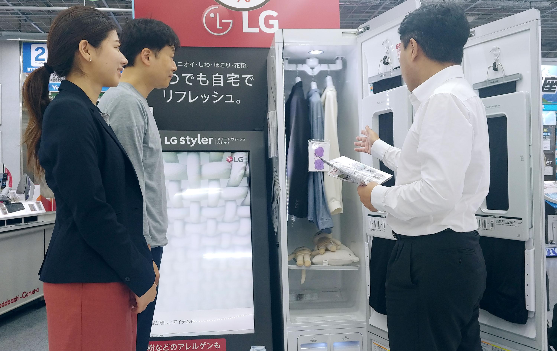 일본의 한 가전매장에서 직원이 고객에게 LG 트롬 스타일러를 소개하고 있다.