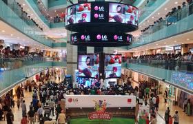 현지시간 16일 인도 델리 최대 쇼핑몰인 '엠비언스몰'에서 LG전자가 마련한 '크리켓 월드컵 2019' 인도-파키스탄 전 응원 행사에 인도 시민들이 참여해 열띤 응원을 하고 있습니다.