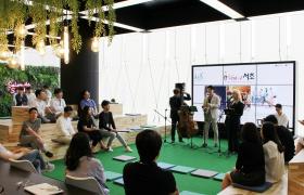 LG전자가 역동적인 조직문화를 강화하기 위해 최근 서울 양재동 서초R&D캠퍼스 1층에 '살롱 드 서초(Salon de Secho)'를 열었다. 살롱 드 서초에서 재즈공연을 하는 모습.
