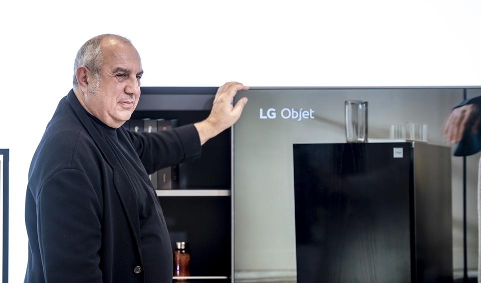 LG 오브제 앞에서 사진 촬영을 하는 스테파노 지오반노니