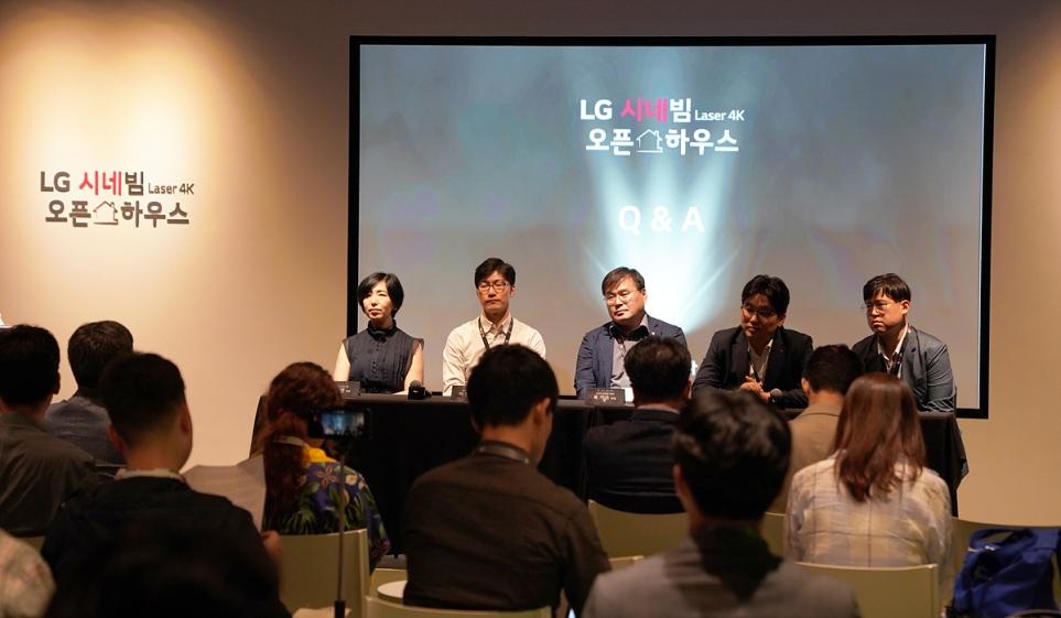 LG 시네빔 Laser 4K 행사에서 개발자들과 간단한 질의응답 모습