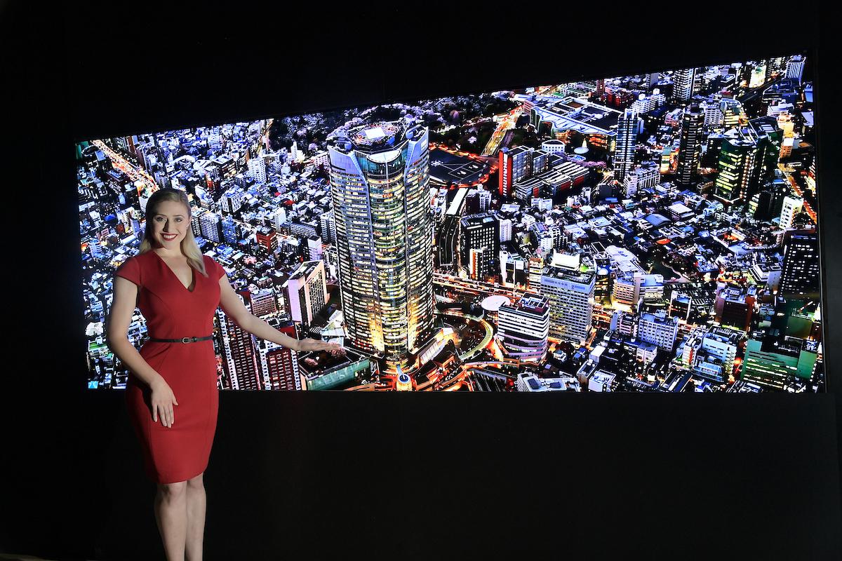 LG전자 모델이 '인포콤 2019'에서 '오픈 프레임 올레드 사이니지'를 소개하고 있다.
