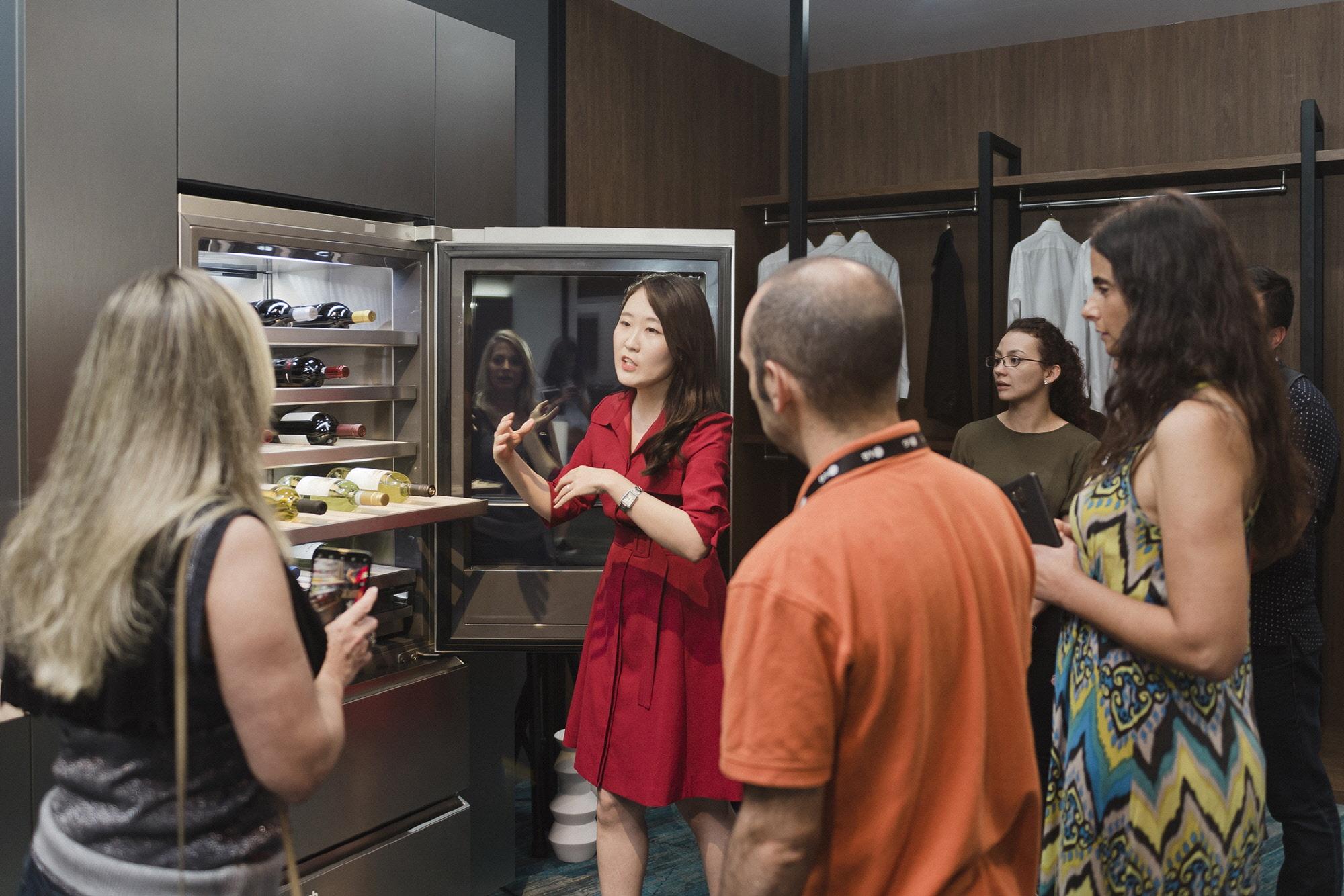 LG전자가 3일부터 사흘간 중남미 20개국의 거래선, 외신기자 등 약 150명을 미국 올랜도에 초청해 'LG 이노페스트(LG InnoFest)'를 열었다. LG 이노페스트 참가자들이 고객들의 라이프스타일을 반영한 공간 솔루션을 체험하고 있다