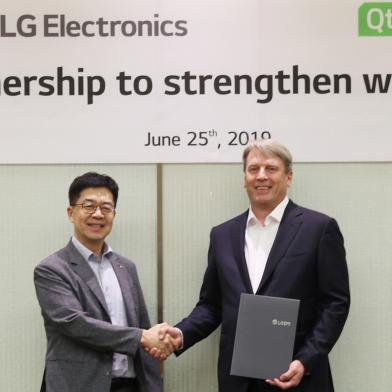 LG전자와 Qt社가 지난 25일 서울 양재동에 위치한 LG전자 서초R&D캠퍼스에서 webOS의 연구개발과 생태계 확대를 위한 사업협력(MOU)을 맺었다. LG전자 CTO 박일평 사장(왼쪽), Qt社 CEO 유하 바렐리우스가 MOU를 체결한 뒤 악수하고 있다.