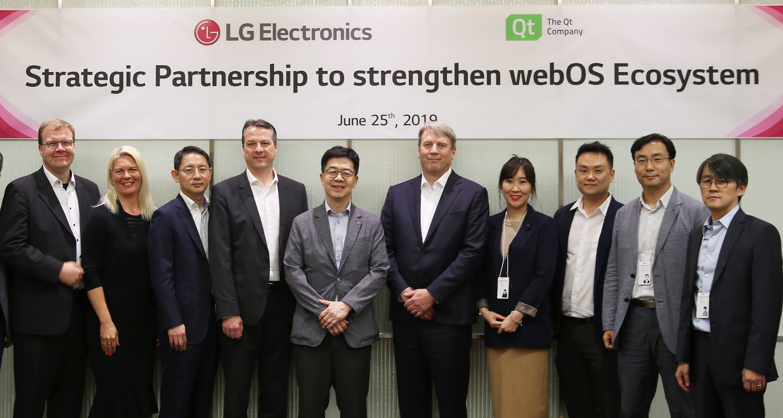 LG전자와 Qt社가 지난 25일 서울 양재동에 위치한 LG전자 서초R&D캠퍼스에서 webOS의 연구개발과 생태계 확대를 위한 사업협력(MOU)을 맺었다. LG전자 CTO 박일평 사장(왼쪽에서 다섯 번째), Qt社 CEO 유하 바렐리우스(왼쪽에서 여섯 번째)가 MOU를 체결한 뒤  양사 관계자들과 기념촬영을 하고 있다.