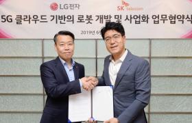 LG전자와 SK텔레콤이 5G 통신망을 이용한 로봇사업에서 협력하기로 했다. 25일 서울 금천구에 위치한 가산R&D캠퍼스에서 LG전자 노진서 로봇사업센터장(왼쪽), SK텔레콤 박진효 ICT기술센터장이 공동 연구개발을 위한 양해각서(MOU)를 체결한 뒤 악수하고 있다.