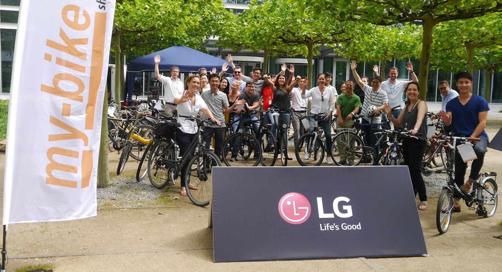 LG전자가 '세계 환경의 날'(6월 5일)을 맞아 대기오염물질을 줄이는 이벤트를 마련했다. 독일에서 근무하는 LG전자 직원들이 '자전거 타고 출근하는 날(Bike To Work Day)' 행사에 참여한 모습