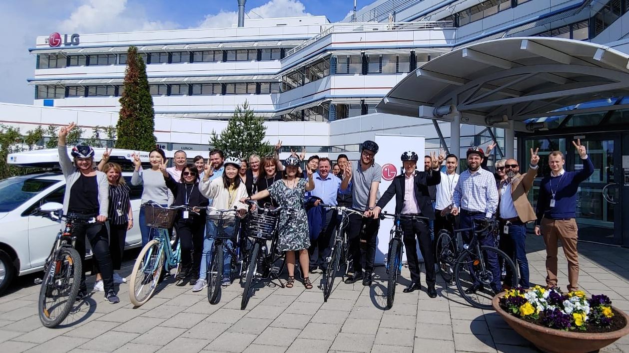 LG전자가 '세계 환경의 날'(6월 5일)을 맞아 대기오염물질을 줄이는 이벤트를 마련했다. 스웨덴에서 근무하는 LG전자 직원들이 '자전거 타고 출근하는 날(Bike To Work Day)' 행사에 참여한 모습