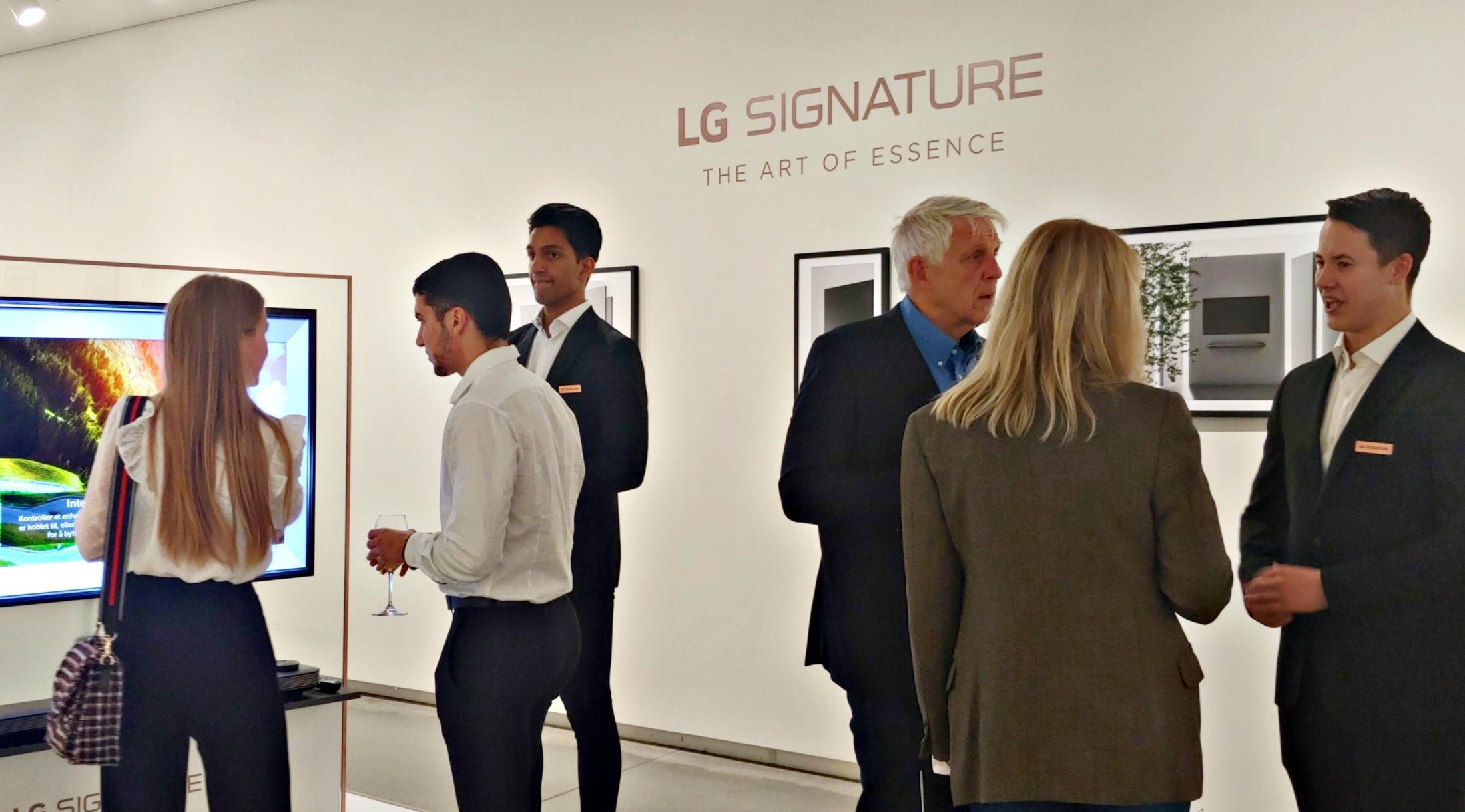 LG전자가 현지시간 13일 노르웨이 오슬로에 위치한 아스트룹 피언리 현대미술관(Astrup Fearnley Museet)에서 현지 거래선, 기자, 오피니언 리더 등 200여 명을 초청해 LG 시그니처 출시행사를 진행했다. 참석자들이 초프리미엄 'LG 시그니처'를 살펴보고 있다.