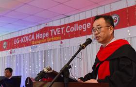 LG전자가 1일 에티오피아 수도 아디스아바바에 있는 「LG-KOICA 희망직업훈련학교」에서 '제3회 LG-KOICA 희망직업훈련학교 졸업식'을 개최했다. LG전자 세무통상그룹장 배두용 부사장이 이날 졸업식에서 축사를 하고 있다.