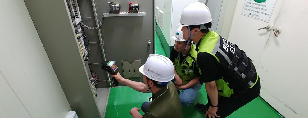 LG전자가 협력회사의 지속가능경영을 위해 CSR 리스크를 체계적으로 관리하고 있다. LG전자 직원이 협력회사 직원과 함께 협력회사의 전기시설을 점검하고 있다.