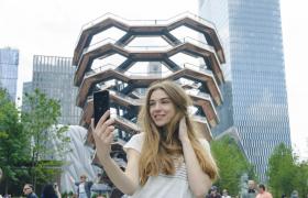 LG전자 모델이 미국 뉴욕의 새로운 랜드마크로 떠오르고 있는 건축물 '베슬(Vessel)'을 배경으로 지난 31일 미국에 출시된 LG V50 ThinQ를 소개하고 있다.
