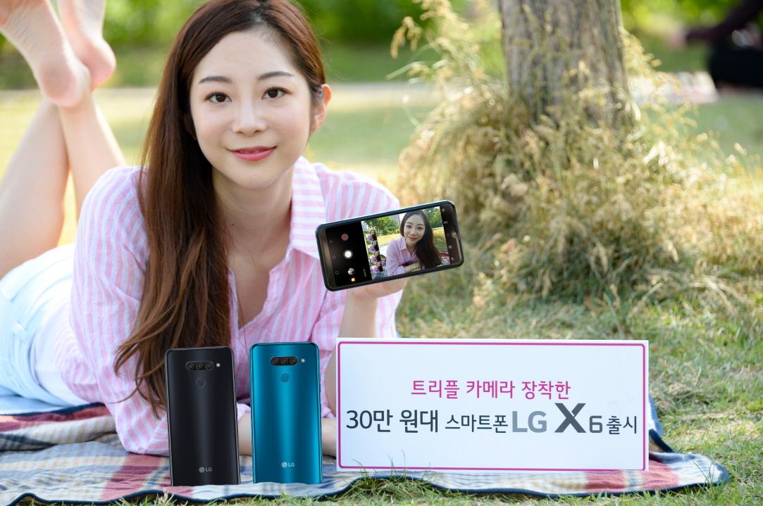LG전자가 14일 국내 이동통신 3사를 통해 실속형 스마트폰 LG X6(출고가: 349,800원)를 출시한다. LG X6는 후면 트리플 카메라, 64GB 저장공간, 3,500mAh 대용량 배터리까지 갖춰 전문가 수준의 사진을 손쉽게 찍고 넉넉하게 즐길 수 있는 게 특징이다. 10일 모델이 서울시 여의도에서 LG X6를 소개하고 있다.