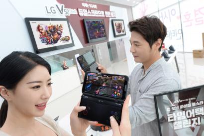 LG전자가 본격 열린 5G 시대를 맞아 이달 26일부터 내달 14일까지 전국 주요 LG베스트샵과 이동통신사 매장에서 모바일 게임 대회를 개최한다. LG전자 모델이 LG V50 ThinQ 와 LG 듀얼스크린으로 모바일 게임을 즐기고 있다.