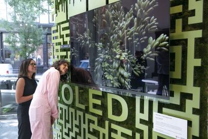 LG전자가 현지시간 12~14일 미국 뉴욕 맨해튼에서 운영한 '카페 올레드'에서 '아미라 카셈(오른쪽)' 셰프 등이 팬톤社가 선정한 올해의 여름 컬러 '페퍼 스템' 조형물 앞 LG 올레드 TV를 살펴보고 있다.