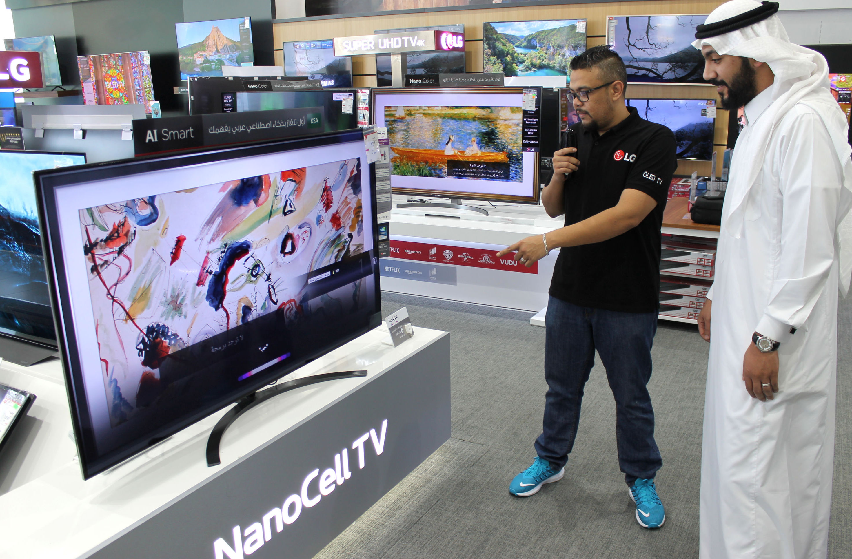 사우디아라비아 제다 소재 전자매장에서 고객이 아랍어 음성 명령으로 LG 인공지능 TV의 인공지능 기능을 체험하고 있다.