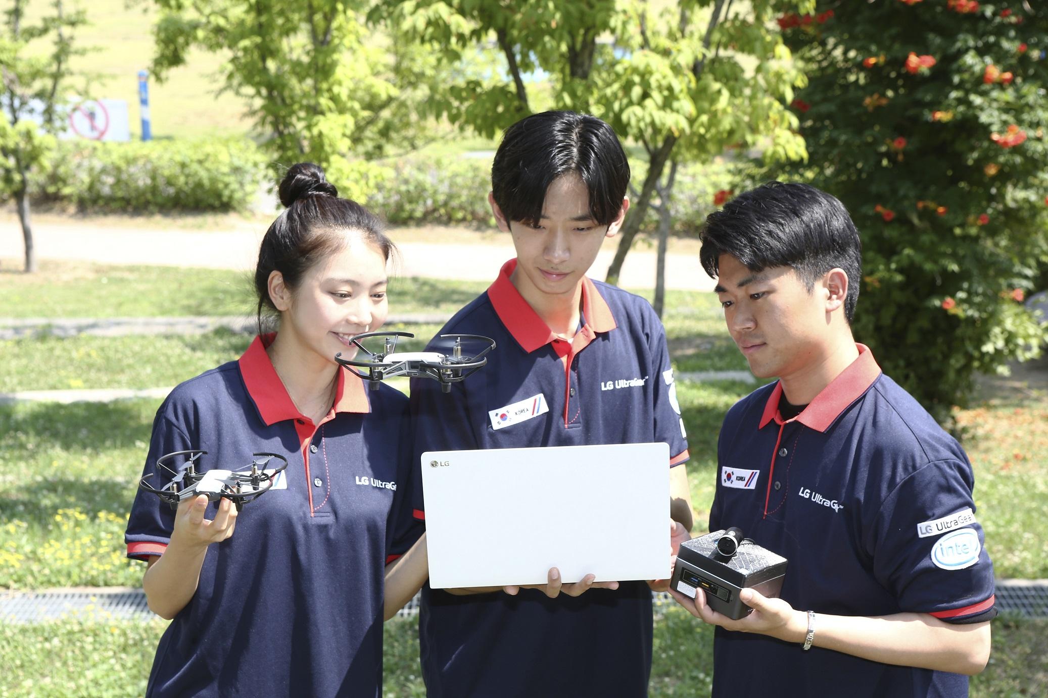 LG전자가 게이밍 모니터·노트북 브랜드 'LG 울트라기어'의 브랜드 인지도를 강화하기 위해 진행하는 'LG 울트라 페스티벌' 행사의 일환으로, 인텔·KISTI(한국과학기술정보연구원)와 함께 'AI 드론 경진대회'를 개최한다. 모델들이 드론 주행을 위해 소프트웨어 코딩 작업으로 완성한 인공지능 프로그램을 활용하고 있다.