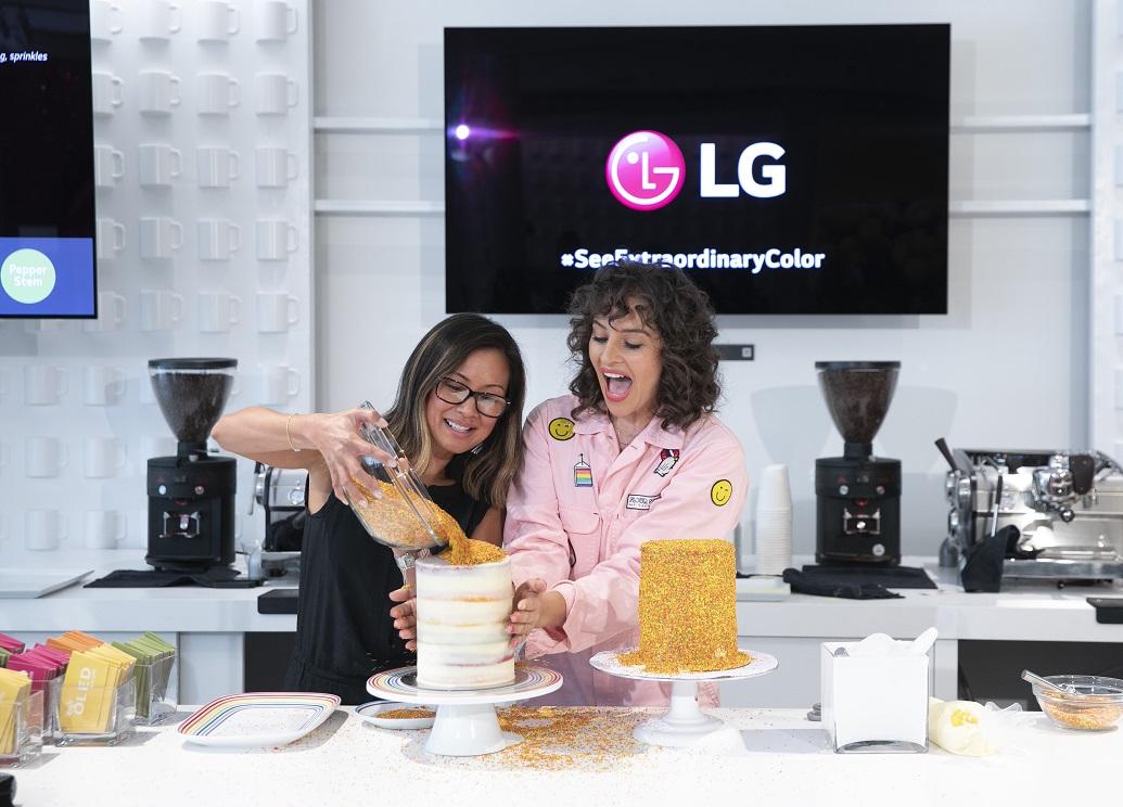 ] LG전자가 현지시간 12~14일 미국 뉴욕 맨해튼에서 운영한 '카페 올레드'에서 '아미라 카셈' 셰프(오른쪽)가 올해의 여름 컬러를 활용한 디저트를 만들고 있다.