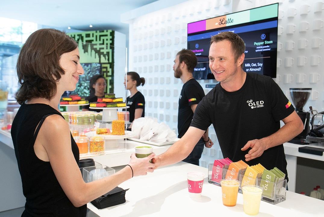 LG전자가 현지시간 12~14일 미국 뉴욕 맨해튼에서 운영한 '카페 올레드'를 찾은 고객이 올해의 여름 컬러를 활용한 음료를 즐기고 있다.
