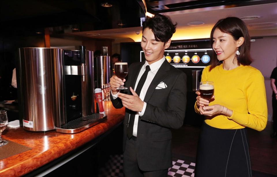 LG 홈브루 맥주를 시음하고 있는 배우 윤시윤과 배우 채정안