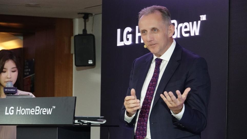 LG 홈브루 맥주 원료에 대해 소개하는 문톤스 최고 기술 책임자 나이젤 데이비스