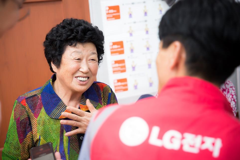 LG전자 서비스 엔지니어에게 모바일 메신저 사용법을 배우고 있는 사량도 면민 박부금 할머니(81)