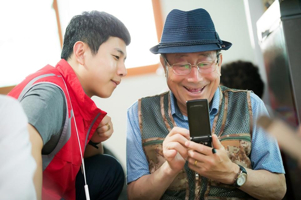 어르신에게 앱 설명하는 LG전자 서비스 엔지니어