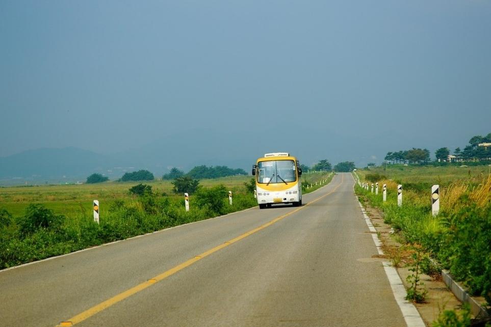 한적한 시골에서 운행하는 버스