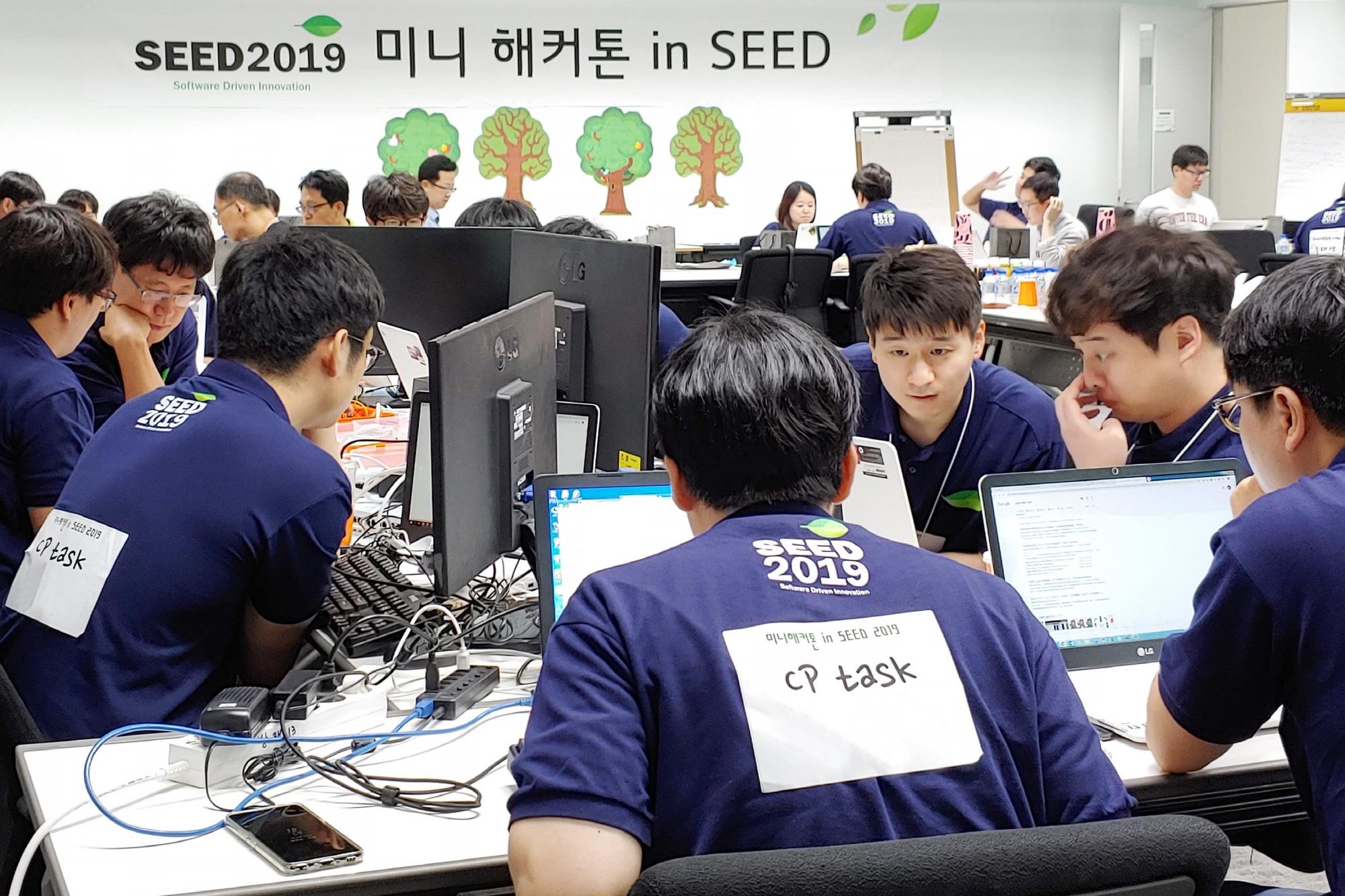 LG전자가 25일 서울 서초구 양재동에 위치한 서초R&D캠퍼스에서 '소프트웨어 개발자의 날 2019'를 개최했다. 개발자들이 해커톤에 참여하고 있다.