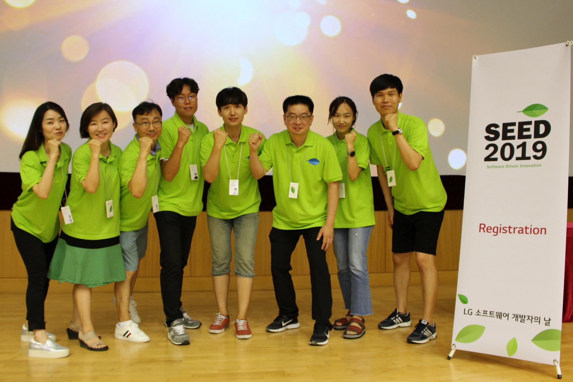 LG전자가 25일 서울 서초구 양재동에 위치한 서초R&D캠퍼스에서 '소프트웨어 개발자의 날 2019'를 개최했다. 엄위상 소프트웨어공학연구소장(상무, 오른쪽에서 세 번째)이 직원들과 함께 기념촬영을 하고 있다.