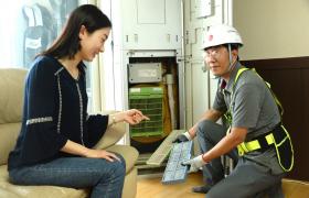 LG전자 서비스 엔지니어가 고객 집을 방문해 휘센 에어컨을 점검하고 있다.