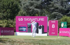 LG전자가 LPGA 메이저 골프대회인 '에비앙 챔피언십'에서 超프리미엄 'LG 시그니처'를 적극 알리고 있다. 이번 대회에서 8번 홀은 'LG 시그니처 홀'로 운영된다. 박성현 선수가 'LG 시그니처 홀'에서 스윙하고 있는 모습.