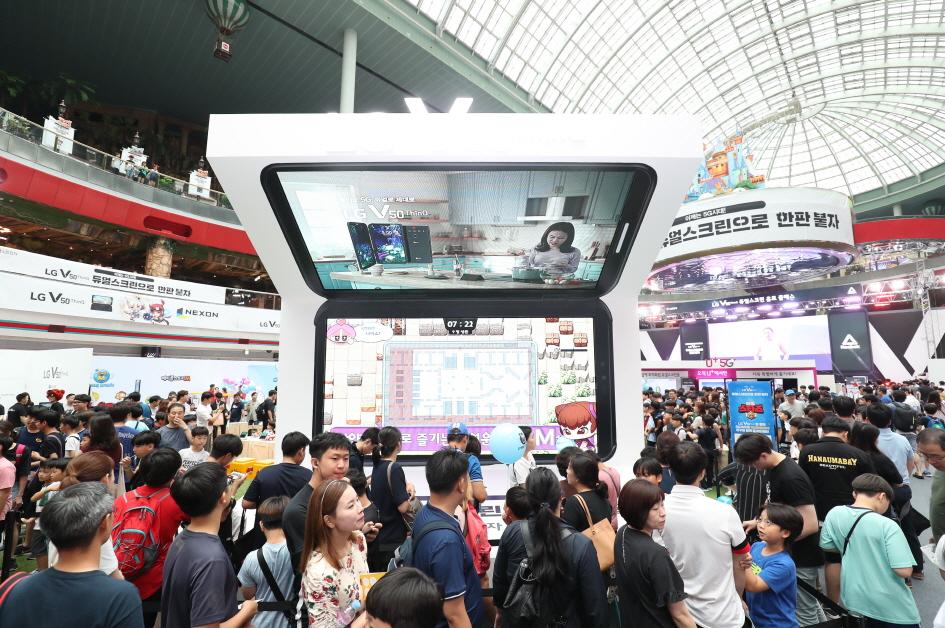 LG전자가 LG V50 ThinQ 구매 고객 대상 LG 듀얼 스크린 무상 증정 프로모션을 기존보다 한 달 늘린 8월 말까지 진행한다. 이는 LG 듀얼 스크린의 사용 편의성을 보다 많은 고객이 경험할 수 있도록 한다는 취지다. 지난 20일 롯데월드 아이스링크에서 열린 LG V50 ThinQ 게임 페스티벌에 방문한 관람객들이 LG 듀얼 스크린으로 게임을 즐기고 있다.