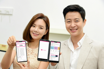 LG전자가 9일 스마트폰 사용자들을 대상으로 아이디어나 의견을 제시할 때마다 마일리지로 보상하는 '퀵 헬프 리워드 마일리지' 프로그램을 시작한다. LG전자 모델들이 '퀵 헬프 리워드 마일리지'프로그램을 소개하고 있다.