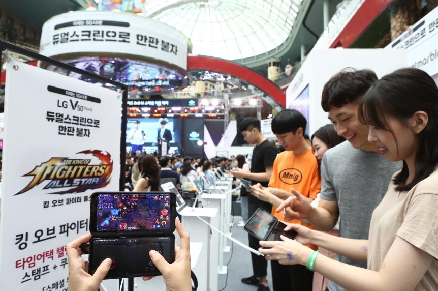 LG전자가 20일, 21일 양일간 롯데월드 아이스링크에서 개최한 LG V50 ThinQ 게임 페스티벌이 관람객들의 큰 호응을 얻었다.  이번 축제 첫날에만 3만 5천명이 다녀갔으며, 양일간 총 7만 명이 LG V50 ThinQ의 압도적 성능과 LG 듀얼 스크린의 사용 편의성을 체험할 것으로 예상된다. 관람객들이 LG V50 ThinQ 와 듀얼 스크린으로 게임을 즐기고 있다.