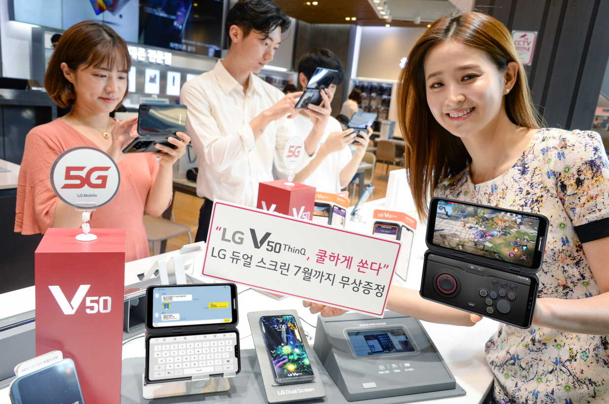 LG전자 모델이 서울 강남구 소재 LG베스트샵 강남본점에 위치한 휴대폰 코너에서 LG V50 ThinQ 구매고객들을 대상으로 LG 듀얼 스크린을 무상증정하는 구매혜택을 소개하고 있다.