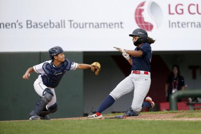 LG전자와 한국여자야구연맹이 공동 주최한 '제4회 LG컵 국제여자야구대회'가 26일 성황리에 막을 내렸다. 이번 대회는 일본팀이 우승을 차지했다. 사진은 미국팀과 홍콩팀이 경기하는 모습