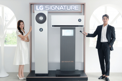 LG전자가 5일 超프리미엄 에어컨인 LG 시그니처(LG SIGNATURE) 에어컨을 출시했다. 사진은 모델이 LG 시그니처(LG SIGNATURE) 에어컨을 소개하는 모습.