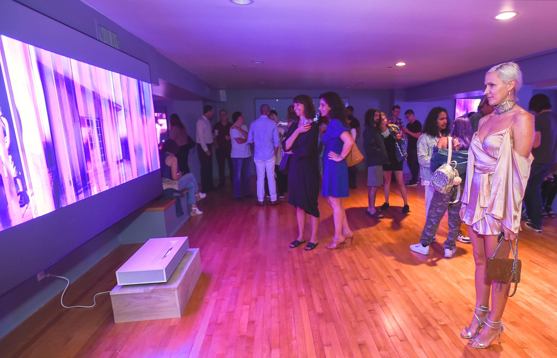 현지시간 24일 미국 산타모니카에서 관람객들이 '데이비드 반 에이슨'의 디지털 아트 작품을 'LG 시네빔 레이저 4K'가 구현한 초대형, 고해상도 화면으로 감상하고 있다.