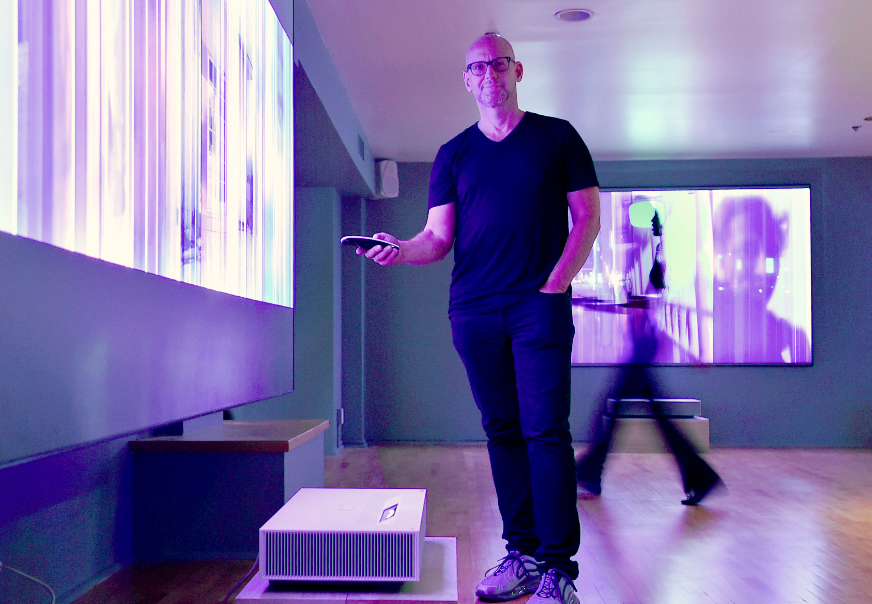 현지시간 24일 미국 산타모니카에서 비디오 아티스트 '데이비드 반 에이슨'이 'LG 시네빔 레이저 4K'의 초대형, 고해상도 화면을 통해 본인의 작품을 소개하고 있다.