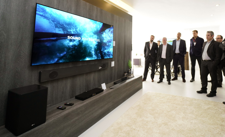 유럽 거래선 관계자들이 2019년형 LG 올레드 TV를 살펴보고 있다.