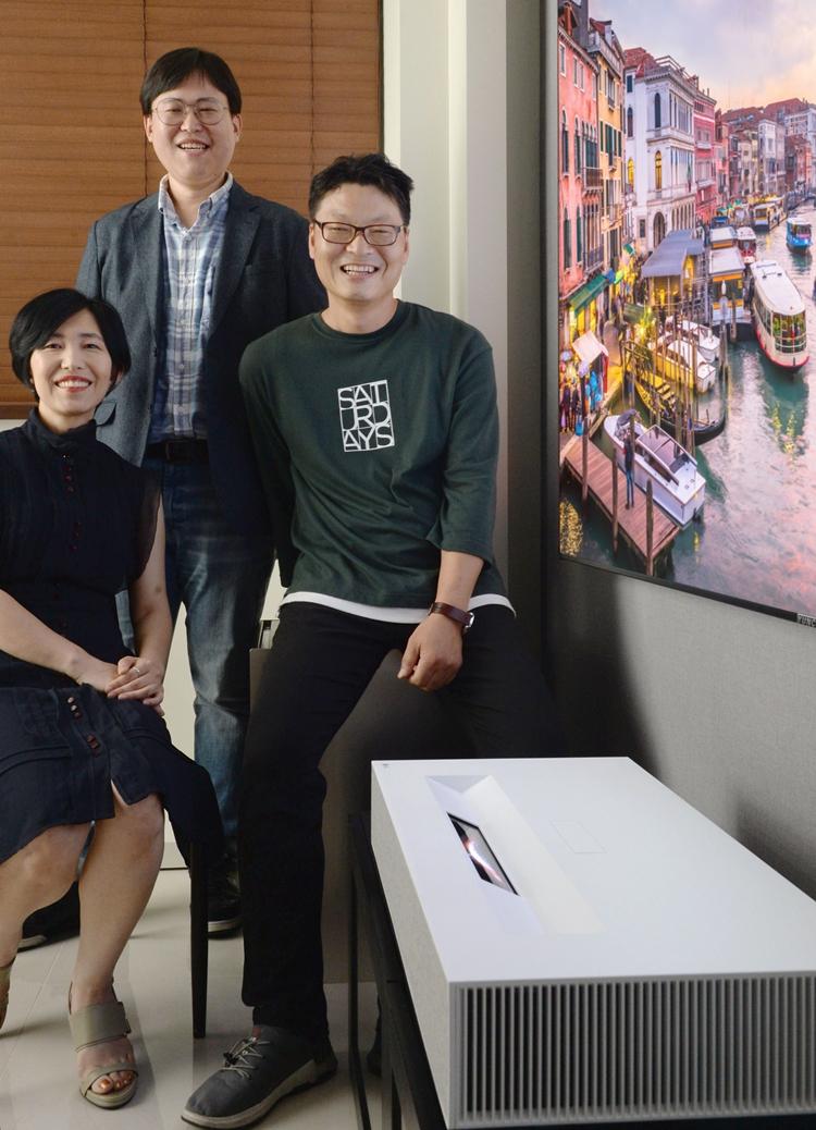 왼쪽부터 HE디자인(연)IT팀 조윤영 책임, 프로젝터상품기획팀 이수면 책임, LG전자 프로젝터개발1팀 이상호 책임연구원